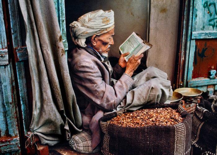 Steve McCurry, l'amore per la lettura in mostra a Monza