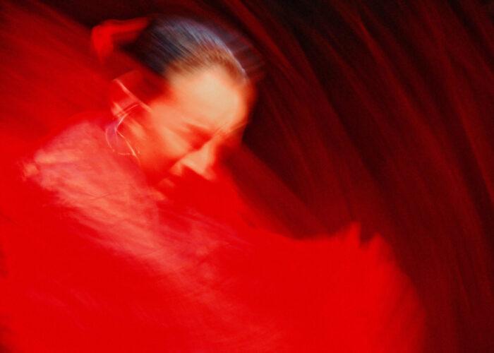 """""""Rosso"""": il lusso della semplicità in una mostra fotografica"""